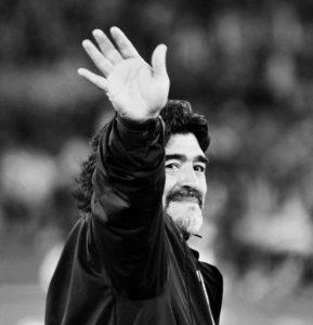 【Adios Maraduna!】马拉多纳提前下葬,与父母长眠一起,再见,世界球王!